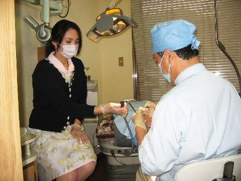 衛生的な設備で診察を行います。